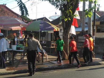 Kerja Bakti Dalam Rangka Memeriahkan HUT Kemerdekaan RI Ke-74 di Desa Giri Emas