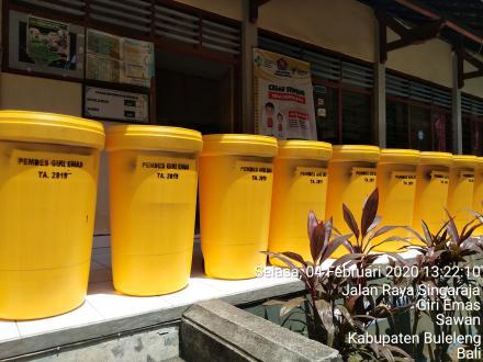 Pemerintah Desa Giri Emas mendatangkan 10 buah tempat Sampah besar dari penggangaran Dana Desa