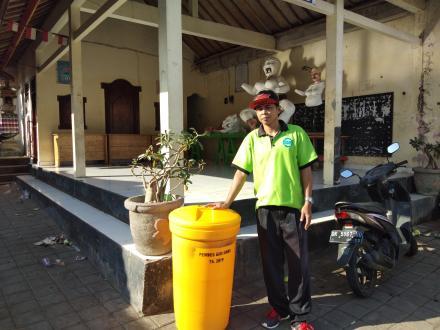 Pendistribusian Tempat Sampah ke 10  tempat Strategis Desa Giri Emas